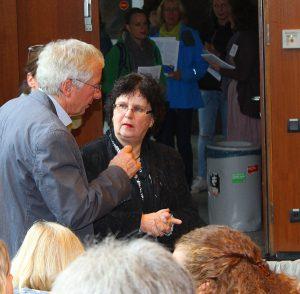 Frau Dr. Ehlers und Pit Katzer im Gespräch zwischen anderen Besuchern der Fachtagung Inklusion.